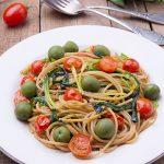 Цельнозерновые спагетти с черемшой, помидорами черри и оливками