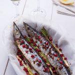 Запеченая сайра со смесью перцев, паприкой и белым вином